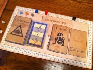 Sur ce plateau, les cartes font évoluer les valeurs de Famine de chaque village, de manière adaptée au nombre de joueurs.