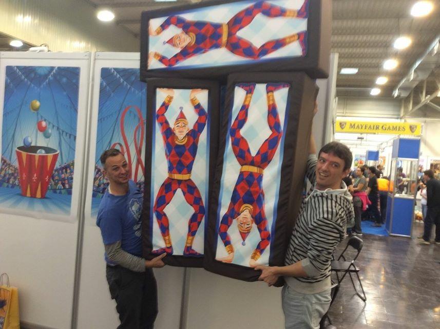 Mon ami Eric et moi-même, acrobates improvisés porteurs d'Harlequins