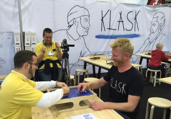 L'auteur, Mikkel Bertelsen présente son jeu à Essen