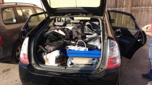 Chargement de la voiture pour les 8h de route et 4 jours de salon. Plus de matériel que de fringues...