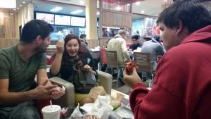 On finit au Burger King pour la petite collation du soir. Des lecteurs nous ont reconnus et salués quand on prenait la commande. La classe.