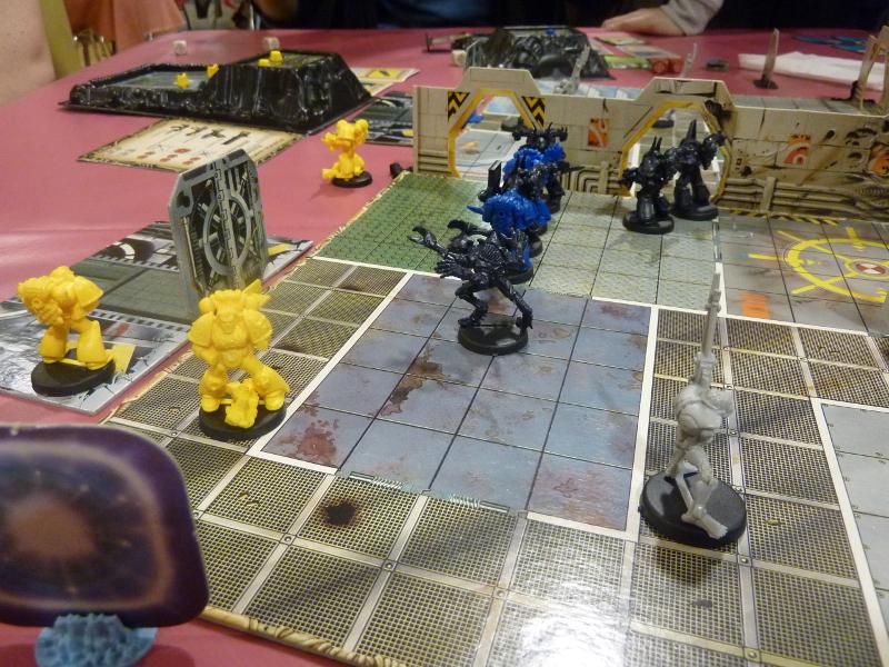 Mêlée générale entre Imperial Fists, Ultramarines, Chaos Marines, Genestealers et un Nécron qui passait par là