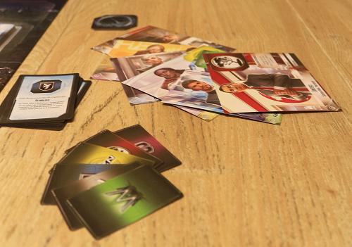Les fiches des 6 corporations artistement présentées, les cartes actions spéciales tout aussi artistement présentées, le tas de cartes objectifs et, au fond, le pion joueur actif ; et quelle belle table !