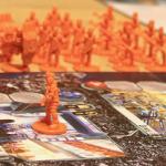 A gauche, unité « Les Humains d'abord » ; à droite, unité Orgcrime ; au fond, les renforts qui trépignent sur une fort belle table